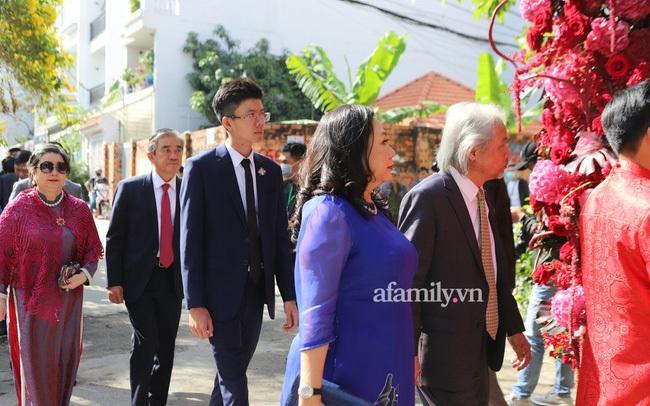 Khoảnh khắc hiếm hoi đại gia kín tiếng Phan Quang Chất - chủ Saigon Square nắm tay bà xã đi hỏi cưới con dâu cho thiếu gia Phan Thành