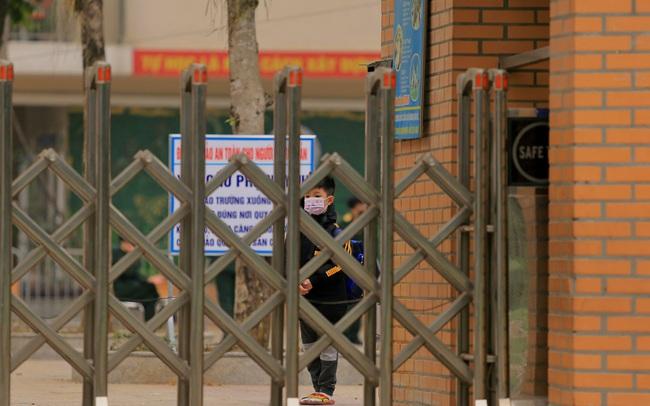 CẬN CẢNH: Bên trong nơi 79 cô trò trường Tiểu học Xuân Phương cách ly vì COVID-19, phụ huynh mang nhu yếu phẩm, chăn gối tới chăm con