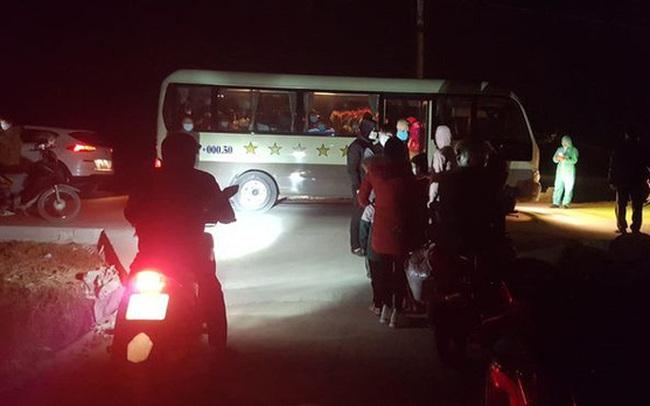 """67 học sinh tiểu học ở Hải Dương tự mang theo đồ dùng đi cách ly tập trung: """"21 ngày xa nhà, lại đúng dịp Tết, thương các con vô cùng"""""""