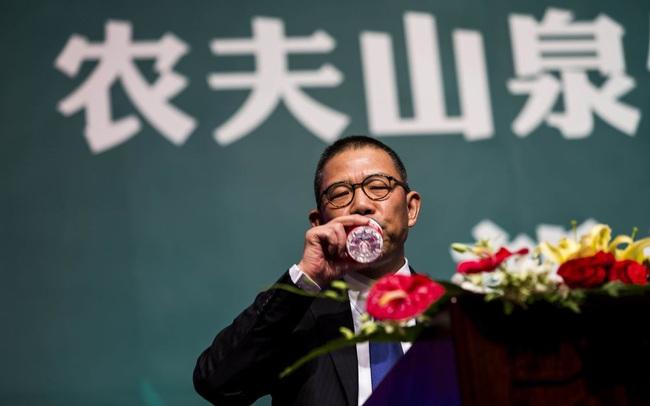 Tài sản tăng không ngừng nghỉ, tỷ phú nước đóng chai Trung Quốc giàu hơn cả Warren Buffett