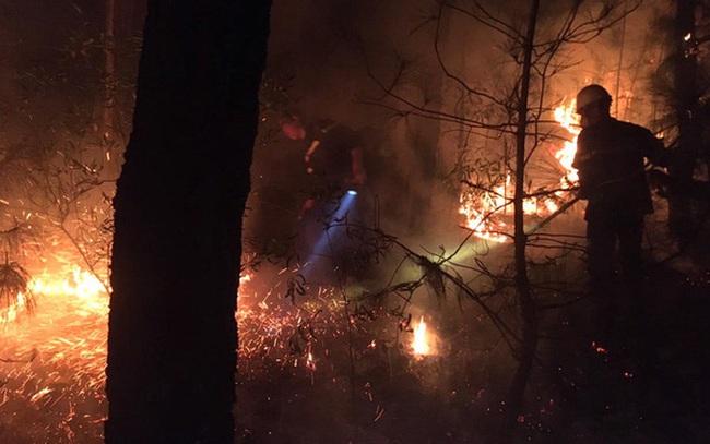 Đêm lạnh giá, cả trăm người lên dập đám cháy lớn bốc ngùn ngụt, cứu rừng thông