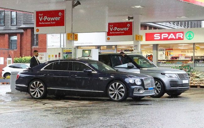 Siêu xe trị giá 30 tỷ đồng của Ronaldo rời trạm xăng sau gần 7 giờ xếp hàng vì không mua được nhiên liệu