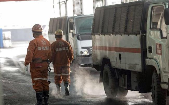 """Thủ phủ than của Trung Quốc lại """"đóng băng"""" vì mưa lớn"""