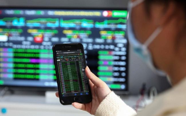 Cổ phiếu tăng cao, ban lãnh đạo và cổ đông lớn thu hàng trăm tỷ đồng từ giao dịch bán ra