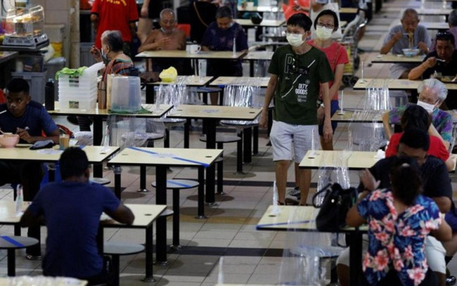 """Covid-19: Tiêm đủ 83% dân số, tại sao Singapore vẫn """"run chân quá mức""""?"""