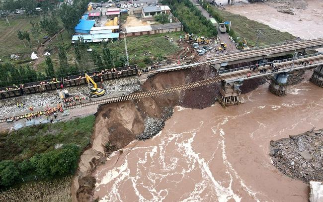 """Lũ lụt ở Trung Quốc ảnh hưởng đến 1,75 triệu người, gây vỡ đập, khai thác than ngưng trệ giữa lúc """"nước sôi lửa bỏng"""""""