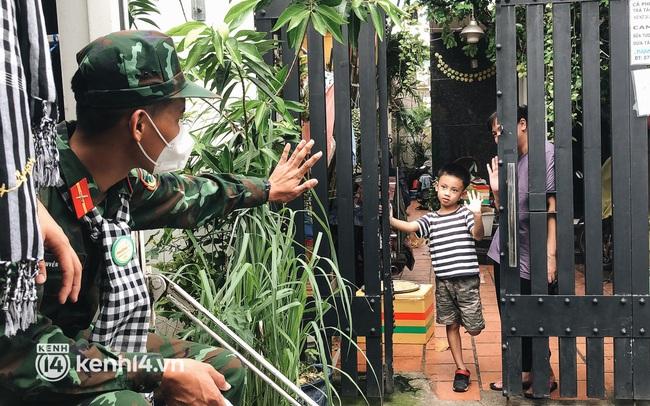 Chùm ảnh: Bộ đội bịn rịn vẫy tay tạm biệt người dân để trở về sau 2 tháng hỗ trợ TP.HCM chống dịch