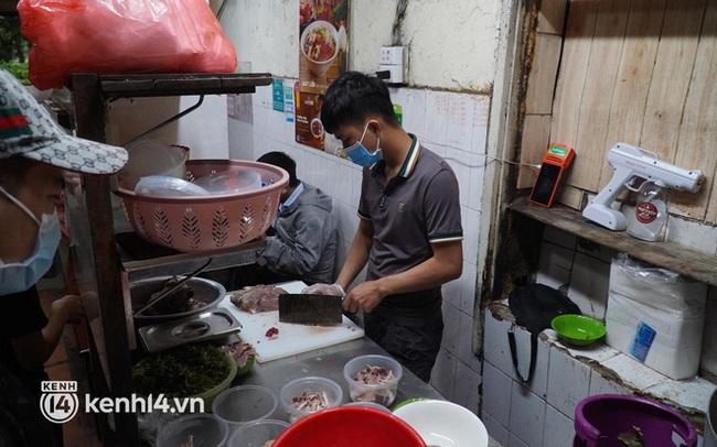 Từ sáng sớm, người dân Hà Nội phấn khởi rủ nhau đi ăn sáng: Cả tạ phở hết vèo trong vài tiếng!