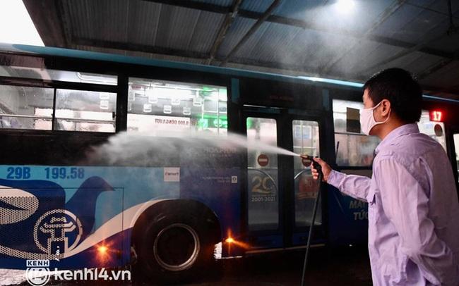 Hà Nội: Xe buýt, taxi hối hả chuẩn bị cho ngày đầu được hoạt động, đón khách trở lại