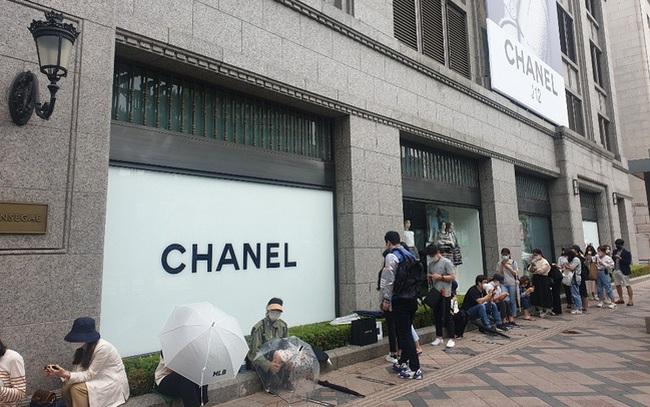 """""""Giải điền kinh Chanel mở rộng"""" tại Hàn: Cuộc đua mỗi người 1 chiếc túi cho tới màn """"thiết quân luật"""" từ nhà mốt"""