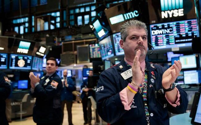 Phố Wall hồi phục nhờ thông tin mới về thuốc uống điều trị Covid-19, Dow Jones bật tăng gần 500 điểm
