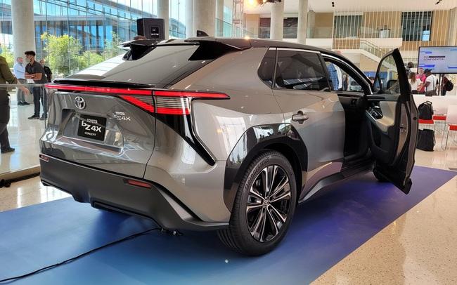CEO Toyota đưa ra con số sốc về thảm hoạ khi toàn thị trường đổi sang xe điện