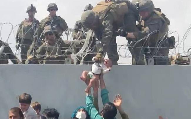 Giải mã số phận em bé sơ sinh được lính Mỹ nhấc qua hàng rào sân bay Kabul: Lựa chọn đau xót của người cha và một cái kết ít người dám mơ