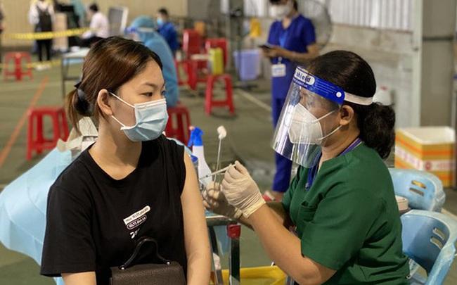 Đồng Nai: Vaccine đầy kho nhưng không có kim tiêm để dùng