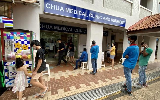 Tiêm đầy đủ vắc xin Mỹ, dân Singapore lũ lượt kéo tới phòng khám xin tiêm thêm Sinopharm vì một lợi ích không ngờ