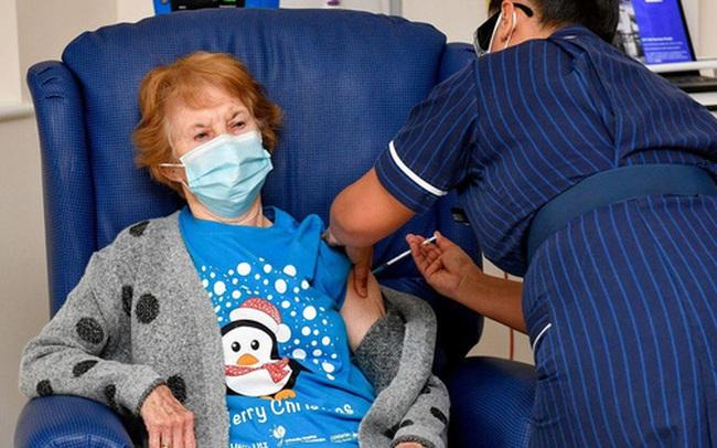 """Điều gì sẽ xảy ra khi tiêm vắc xin COVID-19: Trải nghiệm """"không giống tưởng tượng"""" của 2 phụ nữ ở Anh và Israel"""