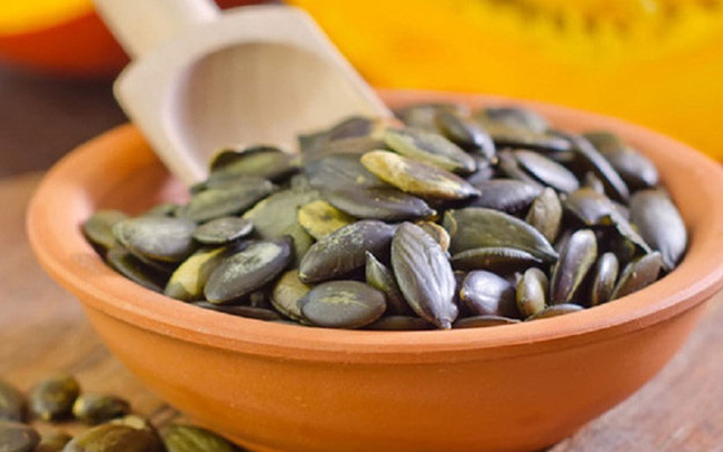 Ăn hạt bí ngô ngày Tết bồi bổ nội tạng, giúp giảm cân nhưng cần lưu ý 4 việc kẻo hại cơ thể