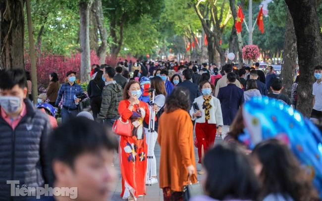 Hồ Gươm đông đúc ngày Tết, nhiều người thờ ơ với khẩu trang