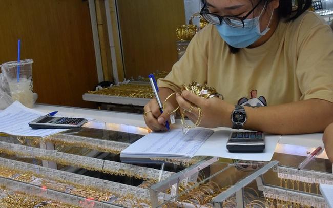 Giá vàng hôm nay 13-2: Đà giảm khựng lại dù các quỹ đầu tư bán 4,52 tấn vàng