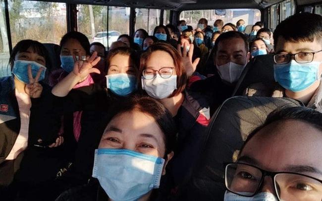 """Nữ bác sĩ 3 lần hoãn cưới và """"chuyến xe cứu thương"""" đặc biệt đi ngắm phố phường ngày 30 Tết"""