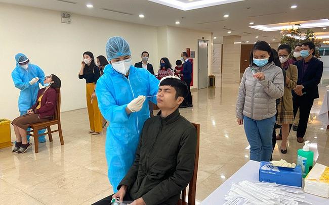 Dân văn phòng Hà Nội xếp hàng lấy mẫu xét nghiệm COVID-19 trong ngày đầu đi làm