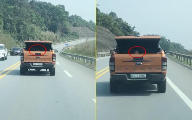 Clip: Xe bán tải mở cốp nghênh ngang đi trên Quốc lộ, nhưng đáng sợ nhất là cảnh tượng bên trong