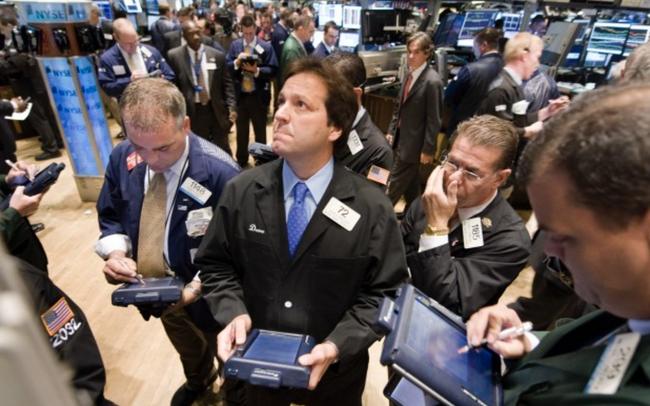 Nhà đầu tư thất vọng trước số liệu kinh tế mới, Dow Jones rời đỉnh lịch sử, có lúc mất hơn 300 điểm