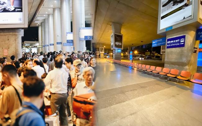Chùm ảnh: Hình ảnh trái ngược ở ga quốc tế Tân Sơn Nhất trong năm nay và năm trước dịp gần Tết Nguyên đán