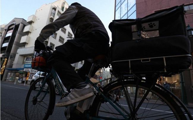 Bị Covid-19 dồn vào đường cùng, lao động trung niên Nhật Bản phải nai lưng làm shipper giao đồ ăn ngoài giờ để kiếm thêm thu nhập