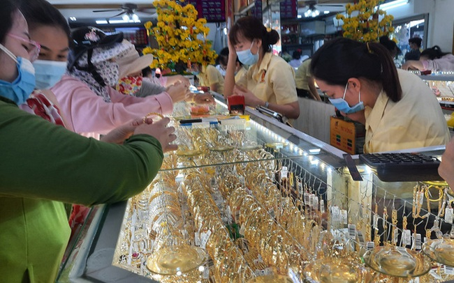Giá vàng hôm nay 20-2: Bật tăng dù các quỹ đầu tư bán tiếp 2,15 tấn vàng