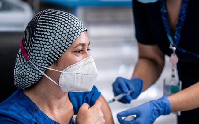 Từ chỗ có tỉ lệ lây nhiễm cao nhất bất ngờ lọt top các nước tiêm vaccine thành công nhất thế giới, điều kỳ diệu gì đã xảy ra với quốc gia này?