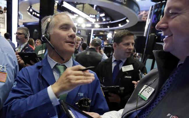 Lạc quan sau bình luận của chủ tịch Fed, Dow Jones đảo ngược mức giảm 360 điểm