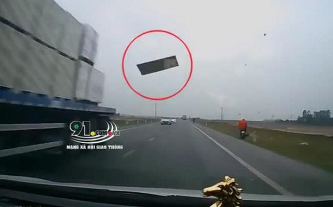 """Kinh hoàng: """"Tấm thạch cao bay"""" từ trên trời rơi xuống đập thẳng vào kính lái ô tô, tài xế hoảng loạn không thể làm gì"""