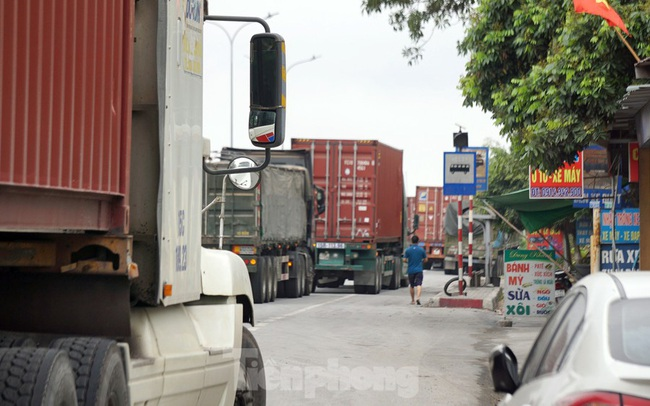 Hàng nghìn xe tải nườm nượp qua chốt COVID-19 trên QL5 ra cảng Hải Phòng