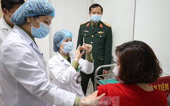 Nhân viên y tế, giáo viên, hàng không, người nghèo được tiêm vắc-xin phòng COVID-19 miễn phí