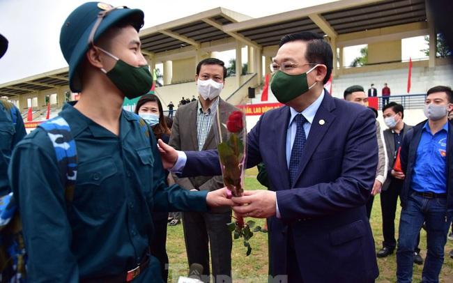 Bí thư Vương Đình Huệ tặng hoa, tiễn tân binh lên đường nhập ngũ