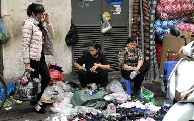 Dịch tái bùng phát phức tạp, người dân đến chợ đầu mối Hà Nội vẫn 'quên' khẩu trang