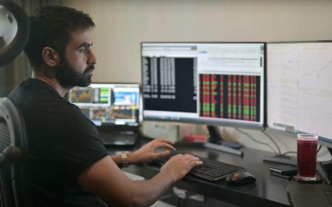 Tỷ phú Ấn Độ bỏ học năm 17 tuổi để làm trader khuyên gì cho chiến lược đầu tư của năm mới?