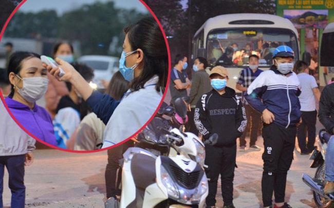 Hàng trăm người dân thực hiện khai báo y tế, chờ vào lễ Chùa Hương trong ngày đầu mở cửa trở lại