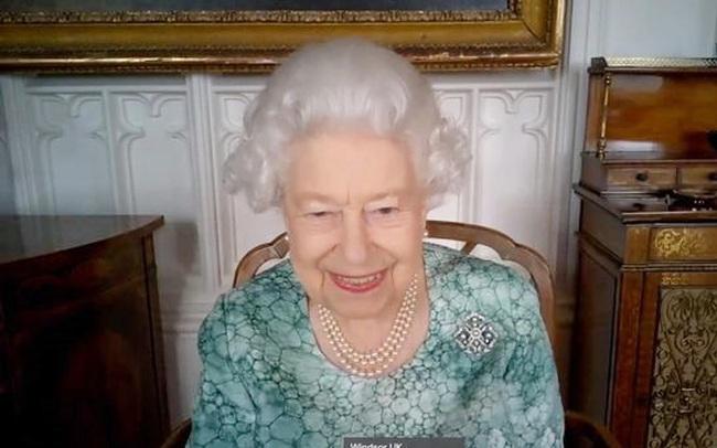 """Nữ hoàng Anh tươi cười lộ diện giữa """"tâm bão"""" lùm xùm từ cuộc phỏng vấn của Meghan Markle và Harry"""