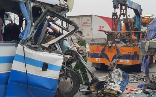 CLIP: Hiện trường vụ xe khách tông xe đầu kéo, 1 người chết, 20 người bị thương