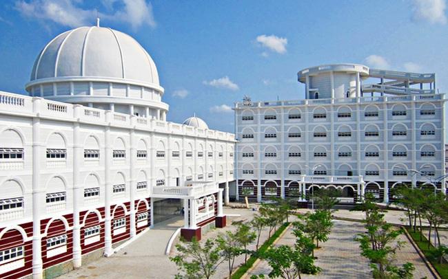 Nhìn qua tưởng khu du lịch nhưng hóa ra là... một trường đại học của Việt Nam: Toàn lâu đài trắng như bên trời Âu, bên trong có công viên giải trí hoàng tráng