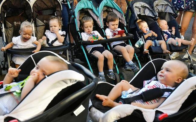 Tỷ lệ sinh đôi bây giờ đang ở mức cao nhất lịch sử nhân loại: Cứ hai lớp mẫu giáo thì lại thấy một cặp