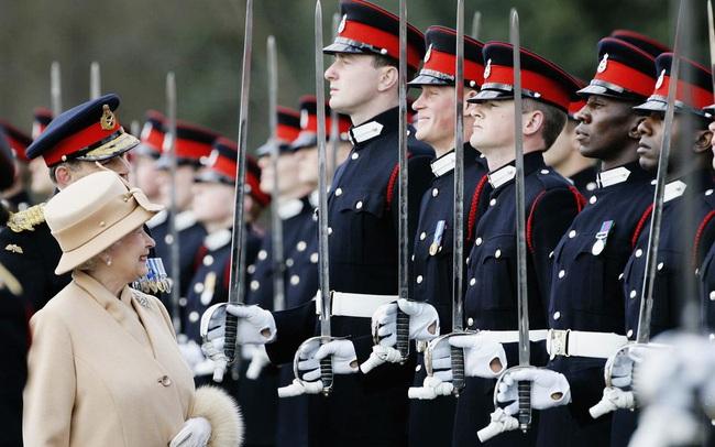 """Nhìn lại loạt khoảnh khắc khó quên của Hoàng tử Harry thời còn là """"đứa cháu cưng"""" của gia tộc và là niềm tự hào của Nữ hoàng Anh"""