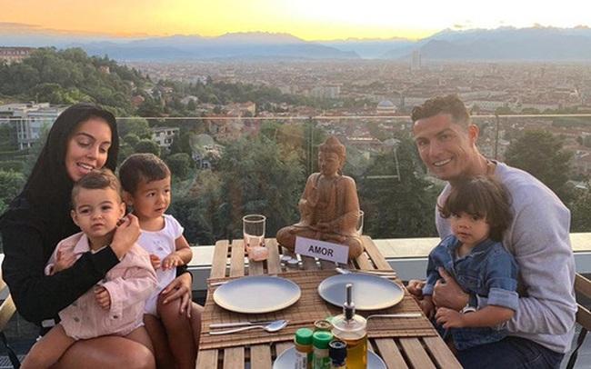 Kiếm tiền khủng nhất làng bóng đá, Ronaldo - Messi sống ngập trong xa hoa