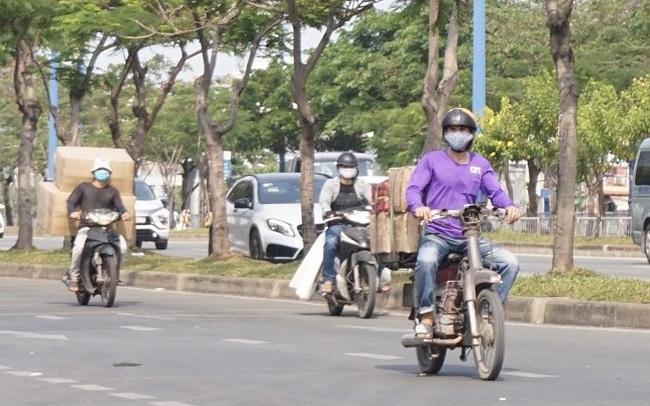 Xe cà tàng chở hàng cồng kềnh phóng ào ào trên đường phố