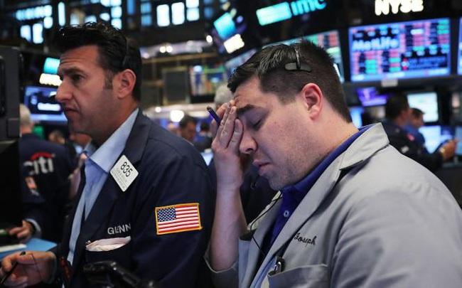 Quyết định mới của Fed khiến cổ phiếu ngân hàng bị bán tháo, Dow Jones mất hơn 200 điểm