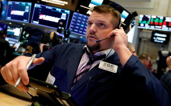 Nguy cơ làn sóng Covid-19 thứ 3 bùng phát, Dow Jones mất hơn 300 điểm