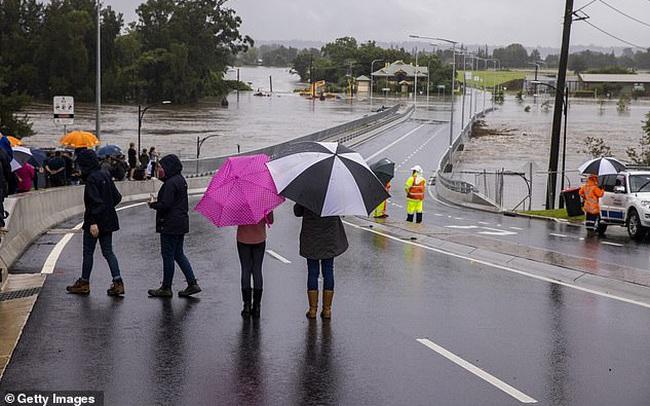 Lần đầu tiên trong 30 năm con đập khổng lồ xả nước: Úc rơi vào ngập lụt nghiêm trọng