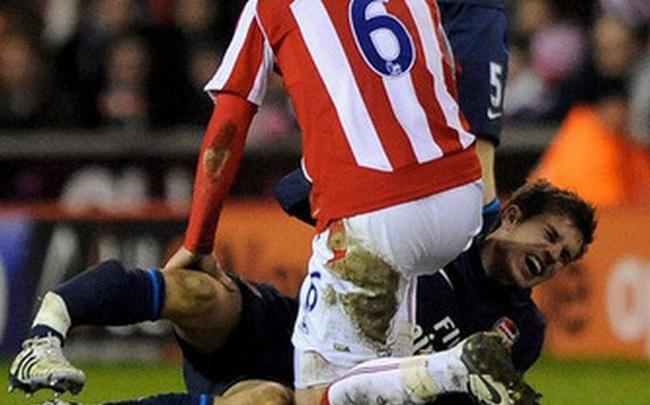 Khi tiếng xương gãy vang lên, niềm tin bóng đá tan vỡ